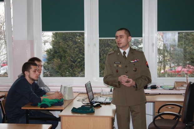 A. Hołówka prowadzi zajęcia dla klas mundurowych